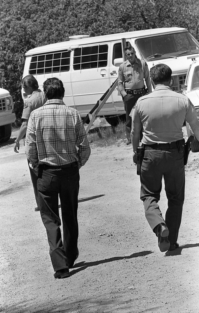 Tyack moved freely about during the trial testimony at the murder scene near Glennville, California, but Kern County sheriff's deputies constantly surrounded him.